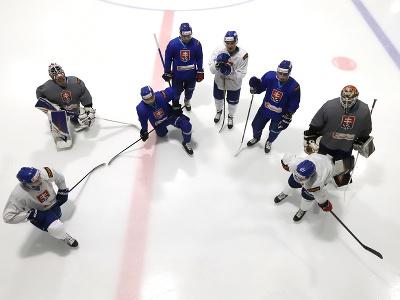 Slovenskí hokejisti trénujú počas