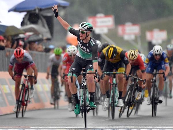 Sam Bennett a jeho víťazné oslavy v cieli pretekov