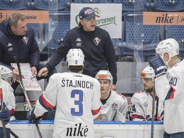 Roman Stantien a vľavo asistent Rudolf Jendek na lavičke HC Slovan Bratislava