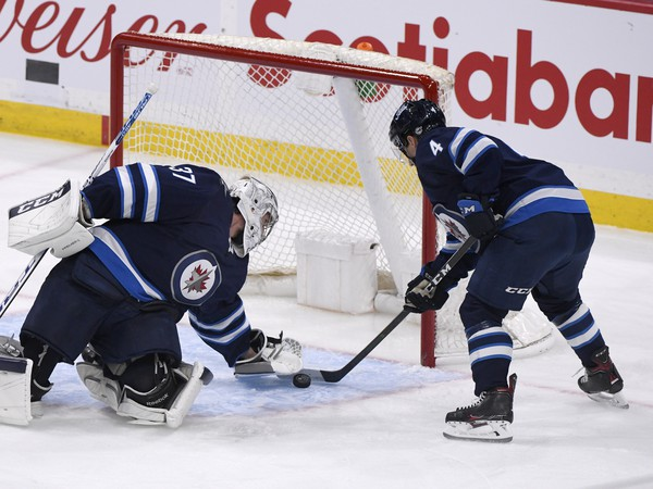 Connor Hellebuyck a Neal