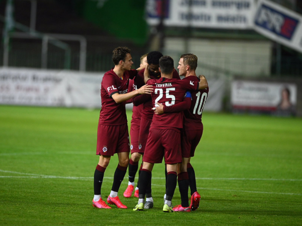 Hráči Sparty oslavujú gól