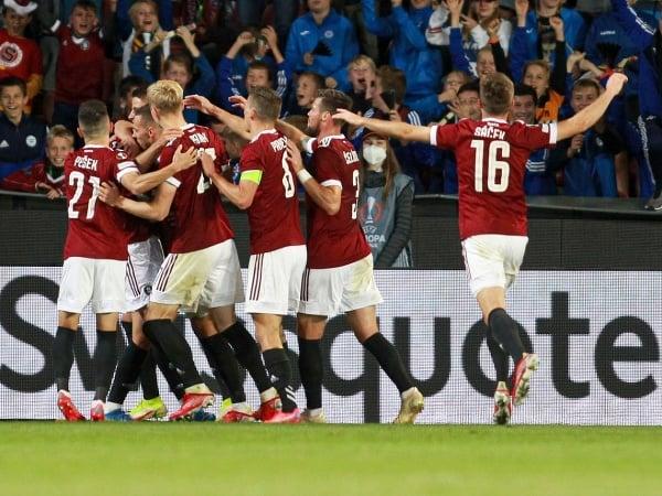 Dávid Hancko so spoluhráčmi oslavuje svoj víťazný gól, ktorým rozhodol o triumfe Sparty nad Glasgow Rangers