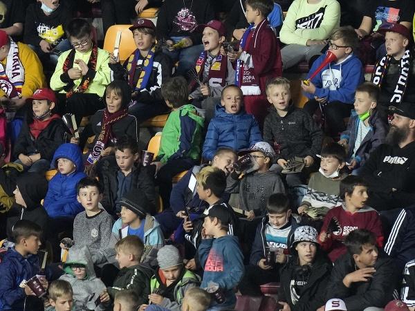 Deti sledujú zápas 2. kola A-skupiny skupinovej fázy Európskej ligy AC Sparta Praha - Glasgow Rangers v Prahe