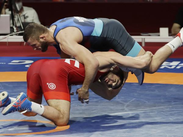 Na snímke v červenom drese slovenský reprezentant v zápasení voľným štýlom Achsarbek Gulajev získal na ME vo Varšave zlatú medailu