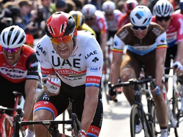 Nór Alexander Kristoff (uprostred) z tímu UAE Team Emirates
