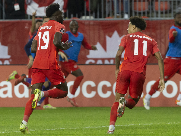 Talentovaný Alphonso Davies oslavuje gól v drese Kanady