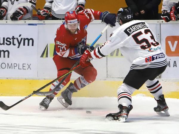 Andreas Štrauch (vľavo) a Jacob Cardweli bojujú o puk