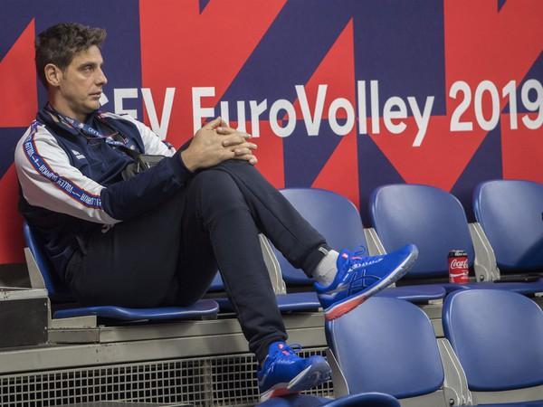 Slovenský tréner Andrej Kravárik sleduje súboj Španielska s Nemeckom