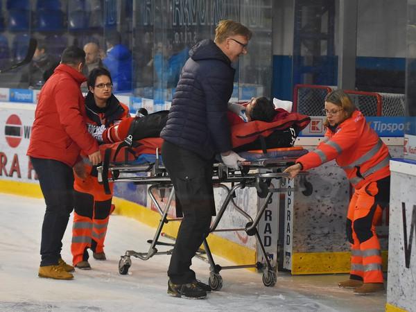 Na snímke záchranári odvážajú na nosidlách zraneného hráča Banskej Bystrice Andreja Šťastného v zápase 33. kola hokejovej Tipsport Ligy