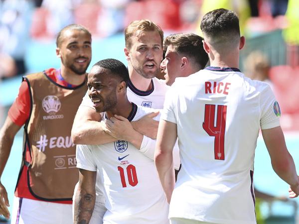 Hráči Anglicka oslavujú gól