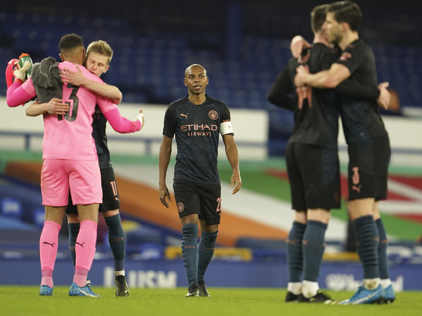 Fernandinho a ďalší oslavujúci hráči Manchestru City