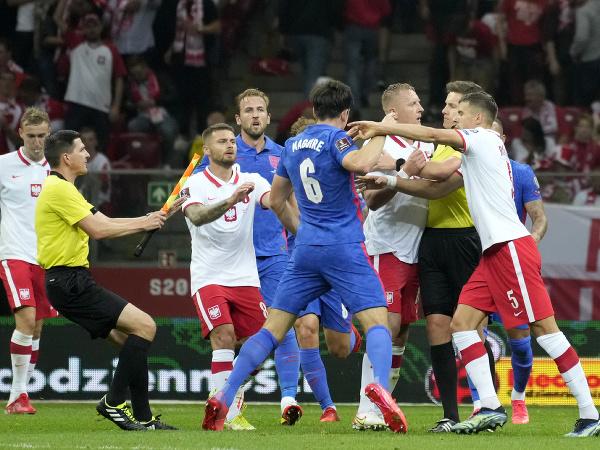 Šarvátka medzi hráčmi Poľska a Anglicka