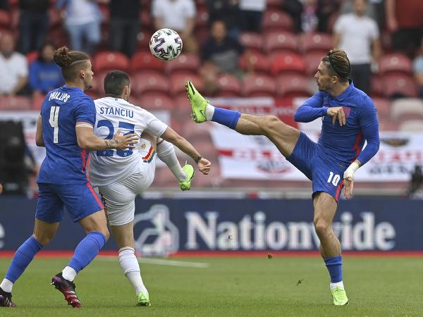 Nicolae Stanciu (v strede) počas prípravného zápasu s Anglickom