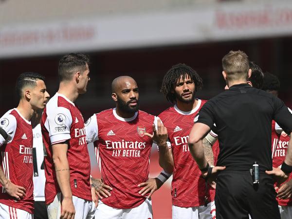 Futbalisti Arsenalu komunikujú s rozhodcom