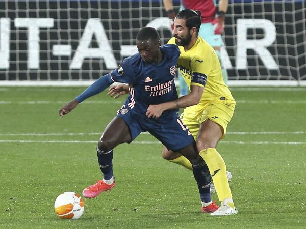 Nicolas Pépé a Raúl Albiol v súboji