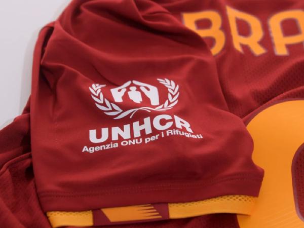 Špeciálne potlačené dresy s logom UNHCR, v ktorých hráči AS Rím odohrajú nedeľné stretnutie proti Sassuolu