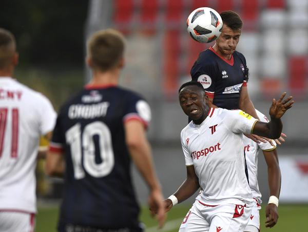 Marek Švec (FC ViOn Zlaté Moravce-Vráble) a Reuben Yem (AS Trenčín) v hlavičkovom súboji