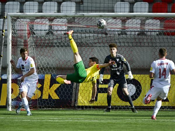 Zľava Samuel Lavrinčík (AS Trenčín), Jakub Paur (MŠK Žilina), brankár Michal Kukučka (AS Trenčín), Milan Corryn (AS Trenčín)