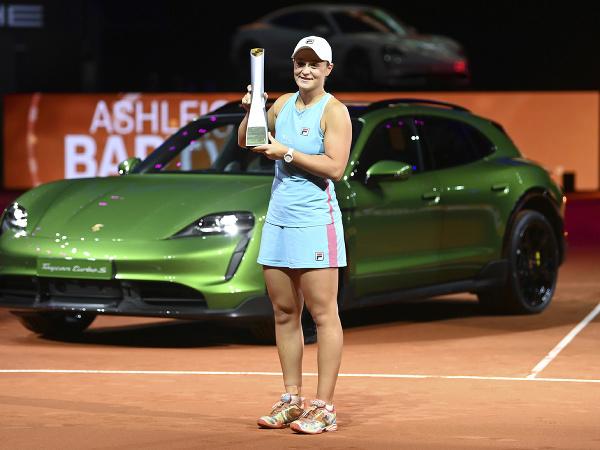 Austrálska tenistka Ashleigh Bartyová pózuje s cenou pre víťazku dvojhry na turnaji WTA v Stuttgarte