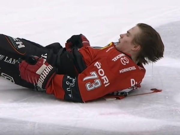 Otto Kivenmäki skončil po tvrdom náraze ležať na ľade s krvavou hlavou