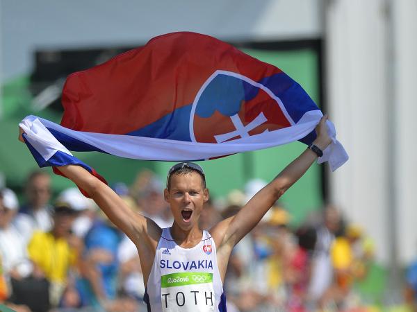Matej Tóth oslavuje víťazstvo a zisk zlatej olympijskej medaily v cieli chodeckých pretekov na 50 k na olympiáde v Riu de Janeiro