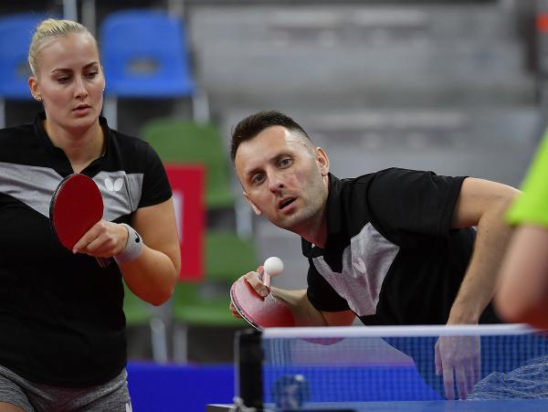 Slovenskí reprezentanti v stolnom tenise Ľubomír Pištej a Barbora Balážová