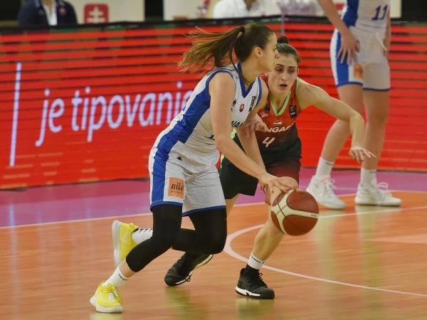 Na snímke vľavo hráčka Slovenska Barbora Bálintová a hráčka Maďarska Zsofia Fegyvernekyová počas kvalifikačného zápasu