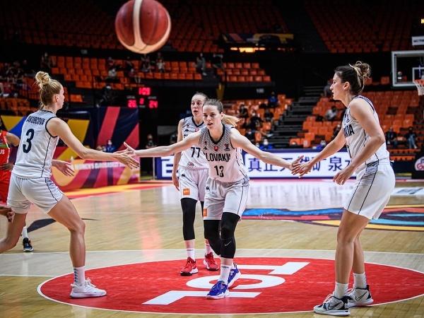 Slovenské basketbalistky zľava Ivana Jakubcová,  Nikola Dudášová (77), Miroslava Praženicová a Sabína Oroszová
