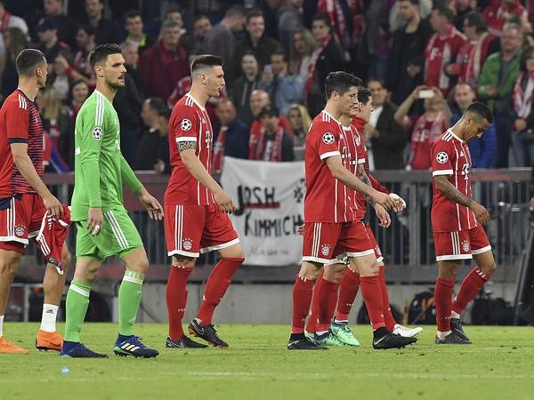 Sklamaní hráči Bayernu Mníchov po prehre s Realom