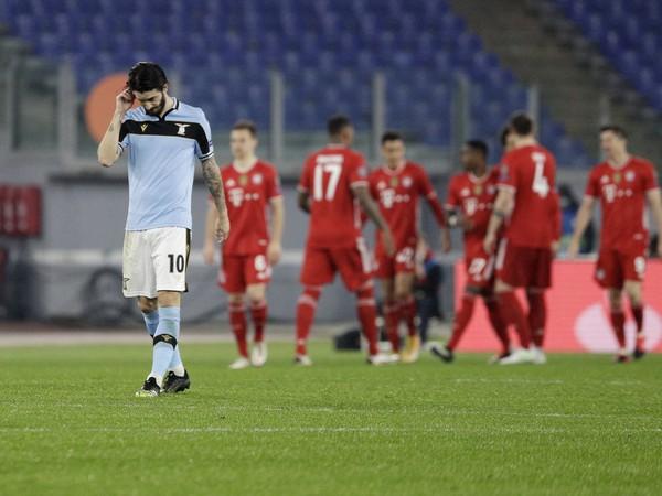Hráč Lazia Luis Alberto a v pozadí futbalisti Bayernu tešiaci sa z gólu