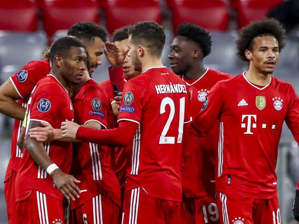 Futbalisti Bayernu Mníchov sa tešia z gólu