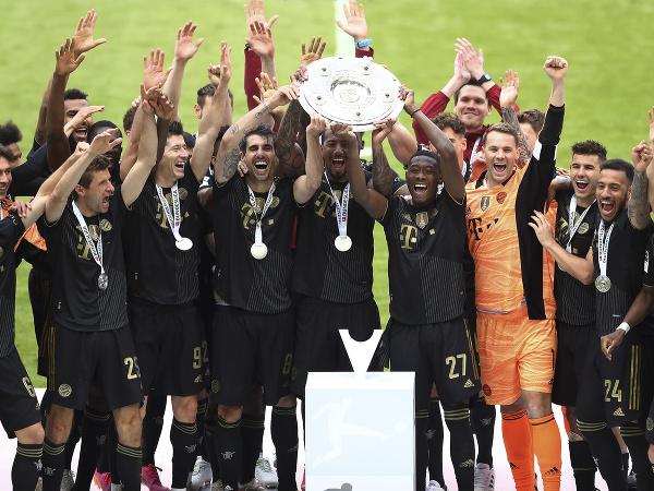 Na snímke hráči Bayernu Mníchov oslavujú titul v nemeckej Bundeslige