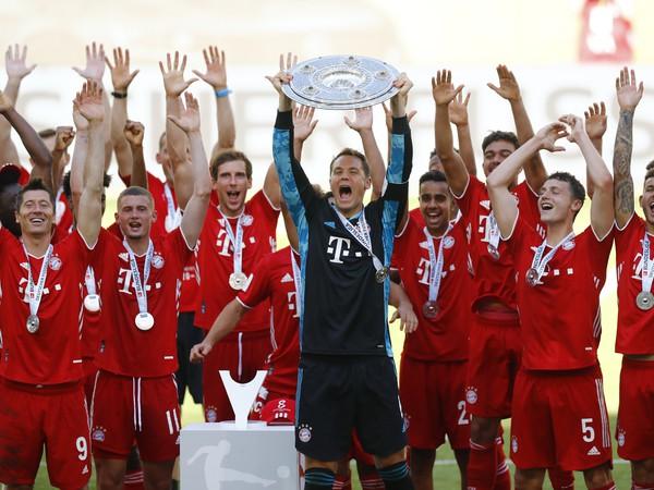 Hráči Bayernu oslavujú zisk titulu