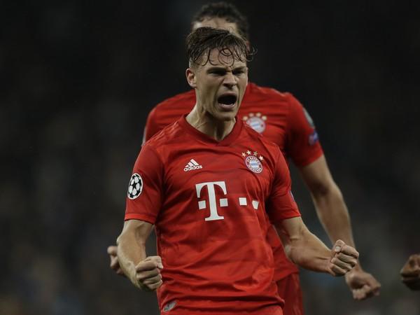 Hráč Bayernu Joshua Kimmich oslavuje úvodný gól do bránky Tottenhamu