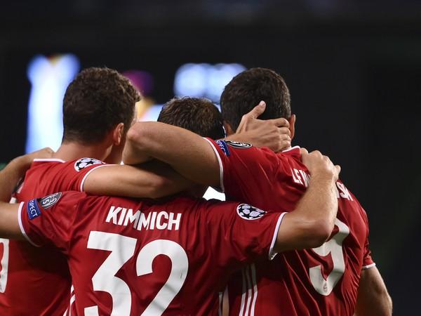 Hráči Bayernu Mníchov oslavujú gól v Lige majstrov