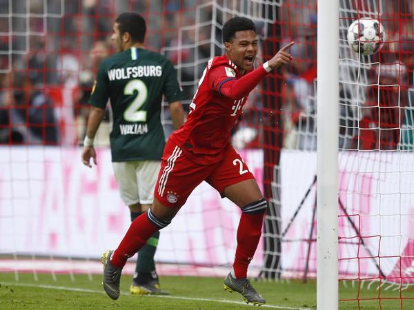 Futbalista Bayernu Mníchov Serge Gnabry sa teší po strelení gólu