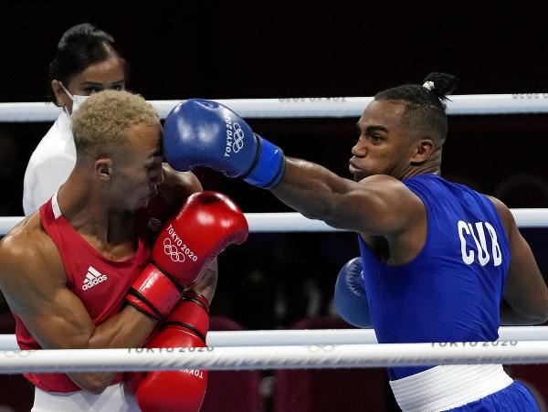 Kubánsky boxer Arlen Lopez (vpravo) a Benjamin Whittaker z Británie počas finálového zápasu v kategórii do 81 kg