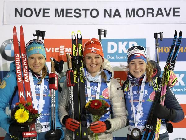 Denise Hermannová, Anais Bescondová a Markéta Davidová na stupni víťazov