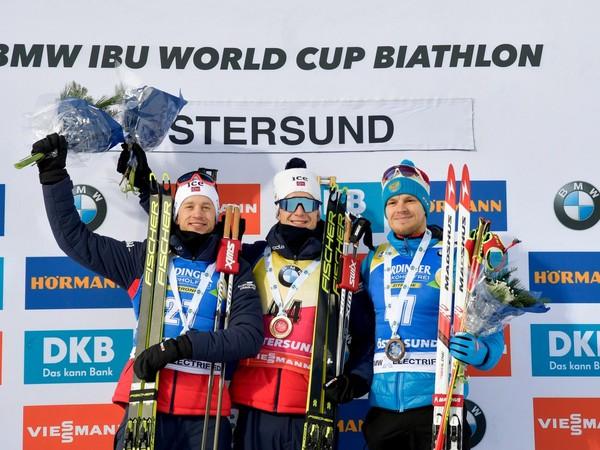 Tarjei Boe, Johannes Thingnes Boe a Matvej Jelisejev na stupni víťazov