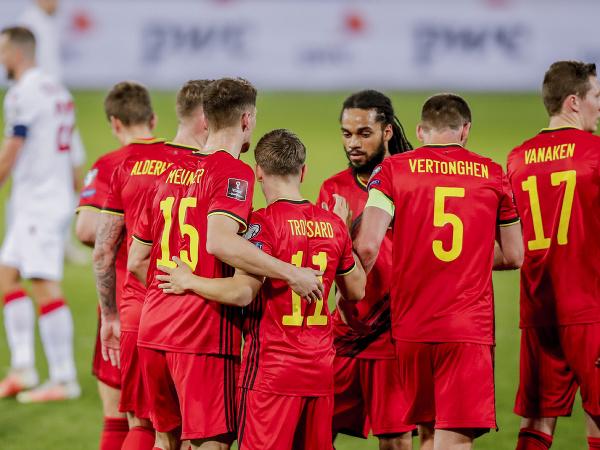 Belgickí hráči oslavujú gól do siete Bieloruska