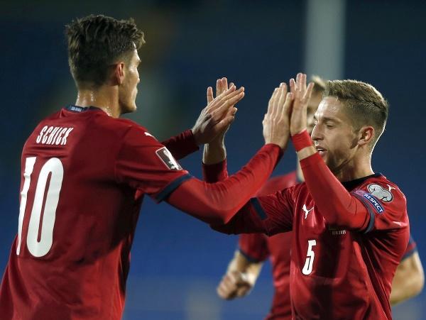 Českí futbalisti Patrik Schick (vľavo) a Tomáš Wiesner sa tešia po strelení gólu