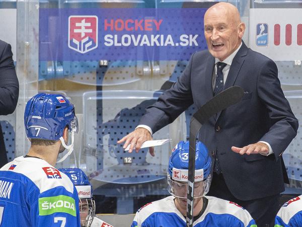 Tréner slovenskej hokejovej reprezentácie Craig Ramsey a vľavo Mário Grman