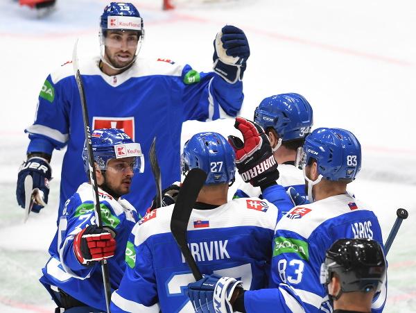Slovenský hokejista Peter Cehlárik (tretí sprava) sa teší so spoluhráčmi po strelení úvodného gólu