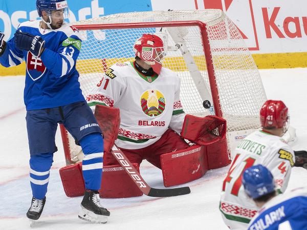 Slovenský hokejista Peter Cehlárik (vpravo) strieľa úvodný gól