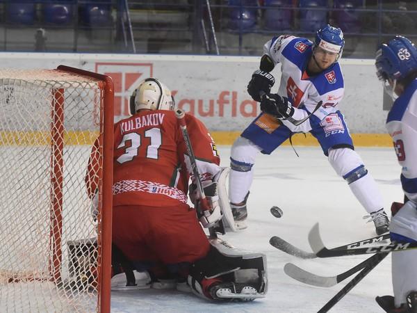 Na snímke hráč  Slovenska Tomáš Zigo (vpravo) a brankár Bieloruska Ivan Kulbakov