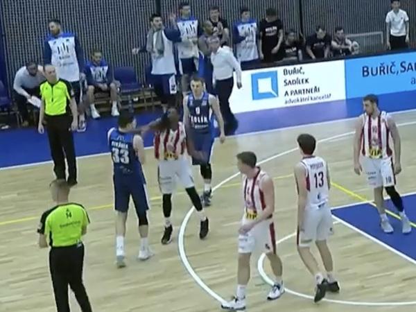 Hráč BK JIS Pardubice Thomas Dunans udrel súpera päsťou do tváre