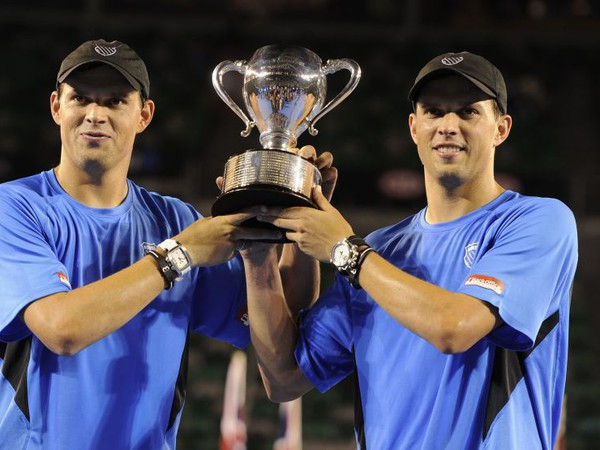 Bob a Mike Bryanovci s trofejou