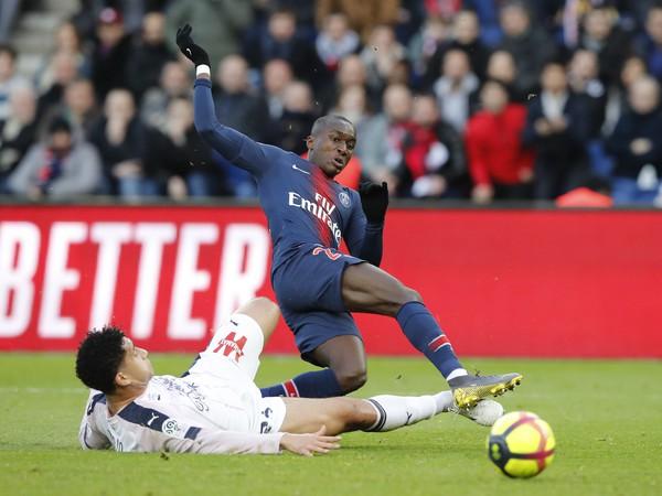 Moussa Diaby a Pablo v súboji o loptu