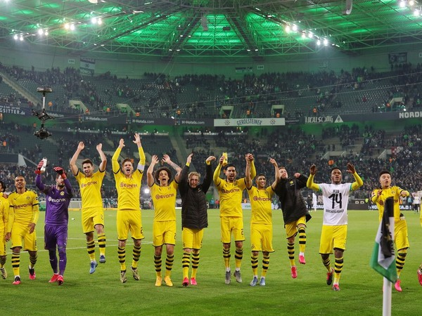 Hráči Borussie oslavujú triumf v Gladbachu