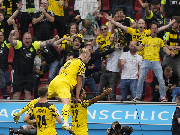 Erling Haaland oslavuje gól so spoluhráčmi